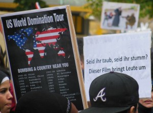 """Protestplakat: """"Seid ihr taub, seid ihr stumm? Dieser Film bringt Leute um?"""""""