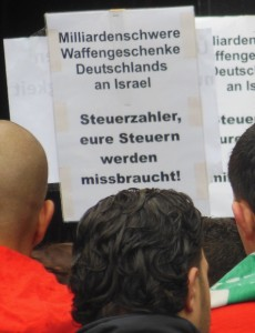 """Protestplakat: """"Milliardenschwere Waffengeschenke Deutschlands an Israel. Steuerzahler, eure Steuern werden missbraucht!"""""""