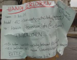 Suchmeldung nach einem verlorenen Händi an einem berliner Laternenmast.