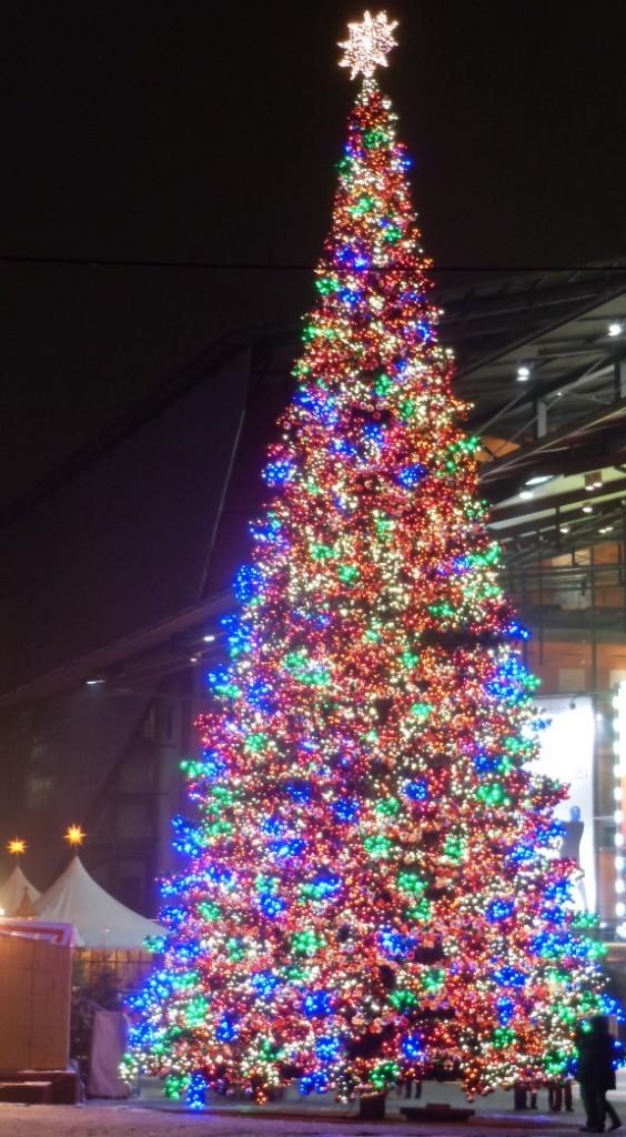 Weihnachtsbaum auf dem Marlene-Dietrich-Platz in Berlin