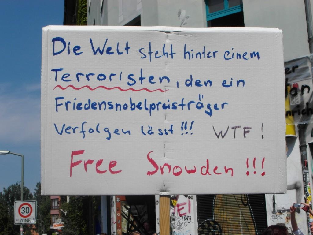 Abb. 2: StopWatchingUs Demo Berlin 2013 — Die Welt steht hinter einem Terroristen, den ein Friedensnobelpreisträger verfolgen lässt!!! WTF! Free Snowden!!!