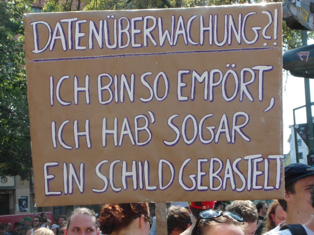 Abb. 4: StopWatchingUs Demo Berlin 2013 — Datenüberwachung?! Ich bin so empört, ich hab' sogar ein Schild gebastelt.