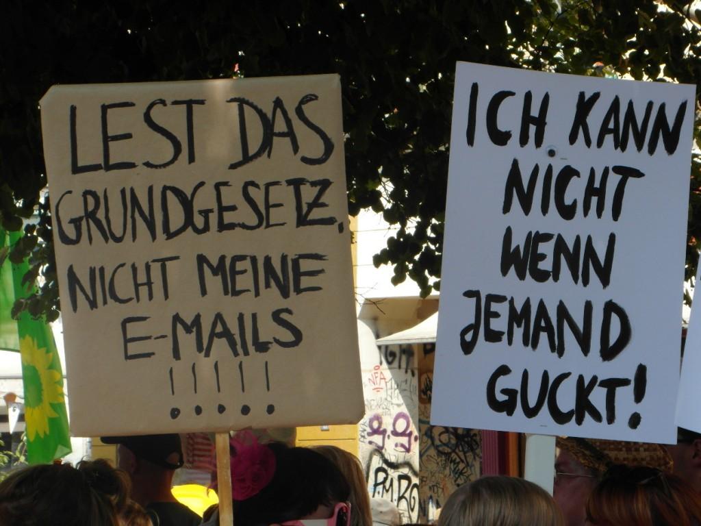 Abb. 6: StopWatchingUs Demo Berlin 2013 — Lest das Grundgesetz, nicht meine e-Mails!!!!! & Ich kann nicht wenn jemand guckt!