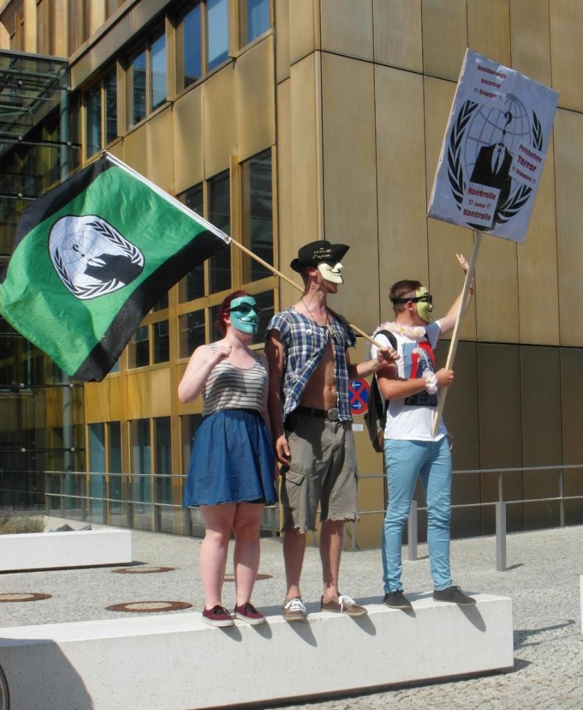 Abb. 15: StopWatchingUs Demo Berlin 2013 — Demonstranten vor dem Axel-Springer-Verlagsgebäude.