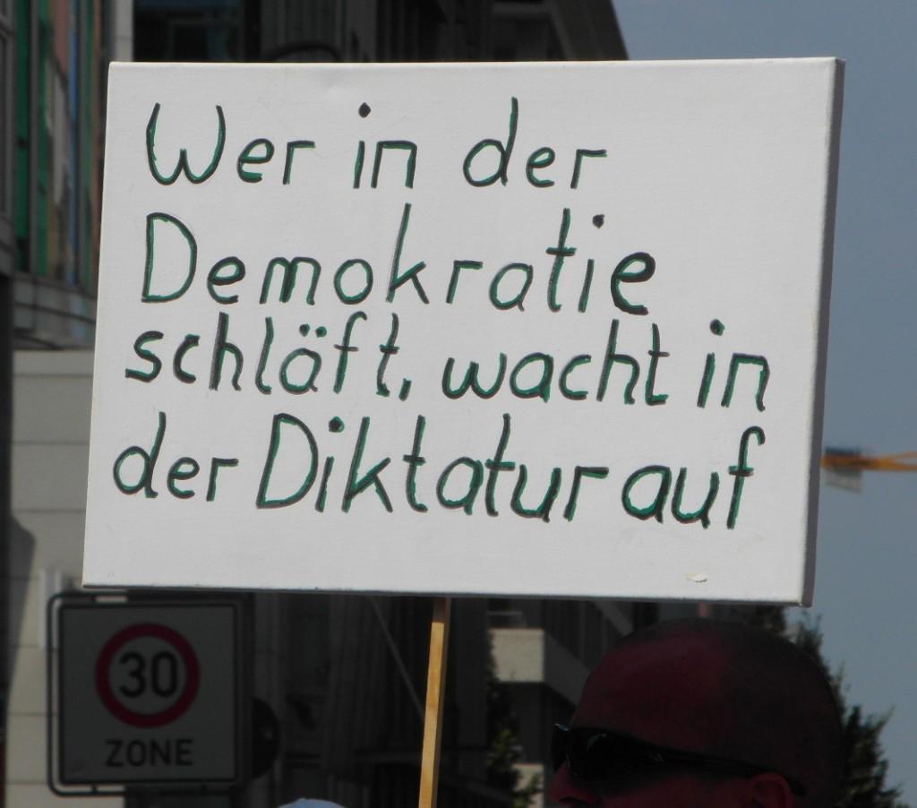 Abb. 16: StopWatchingUs Demo Berlin 2013 — Wer in der Demokratie schläft, wacht in der Diktatur auf.