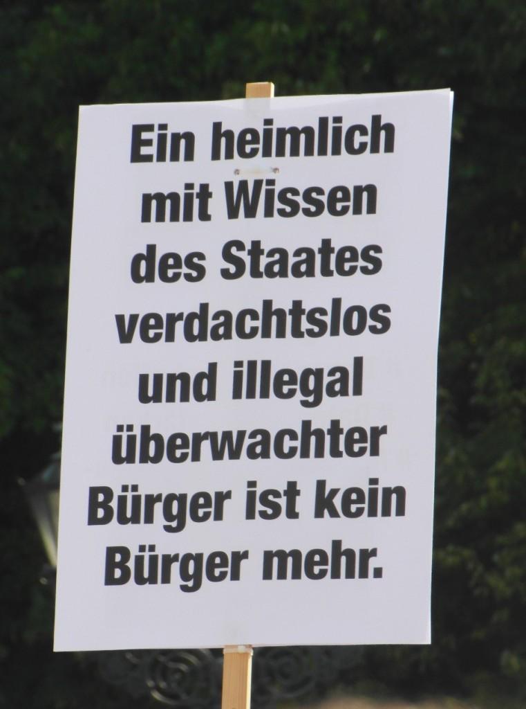 Abb. 22: StopWatchingUs Demo Berlin 2013 — Ein heimlich mit Wissen des Staatesverdachtslos und illegal überwachter Bürger ist kein Bürger mehr.