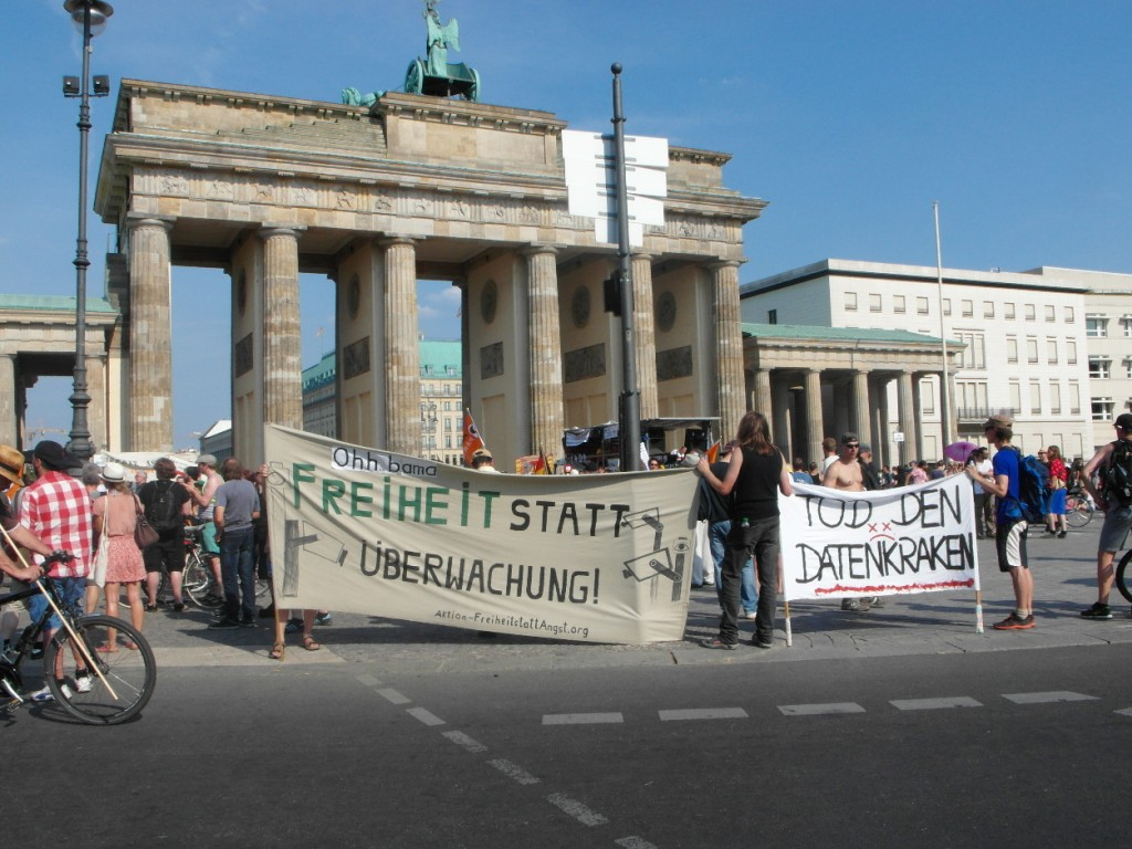 Abb. 23: StopWatchingUs Demo Berlin 2013 — Ohh bama,Freiheit statt Überwachung & Tod den Datenkraken.