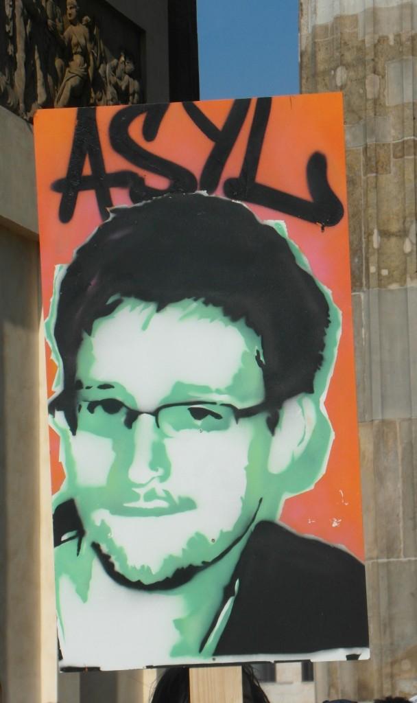 Abb. 25: StopWatchingUs Demo Berlin 2013 — Asyl für Snowden.