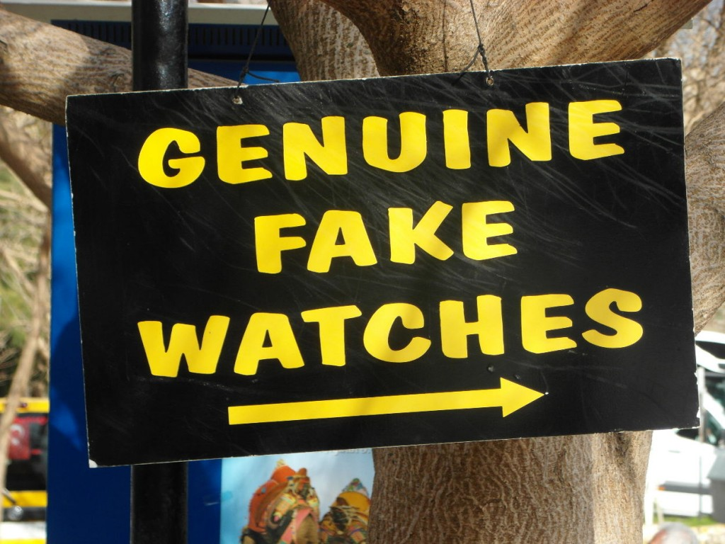 "Schild an einem Souvenirladen in Ephesos: ""Genuine Fake Watches"""