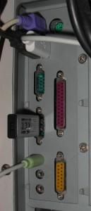 Schnittstellen an der Computerrückseite mit USB-Stick