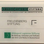 Gemeinsames Firmenschild der Amadeu Antonio Stiftung und Freudenberg Stiftung.