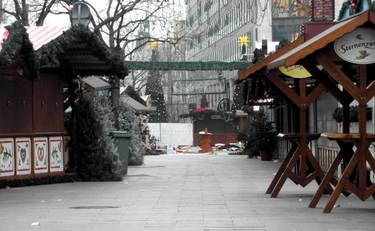 Gasse des Weihnachtsmarkts am Breitscheidplatzin Berlin