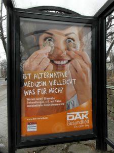 Werbeplakat für Alternativmedizin der DAK