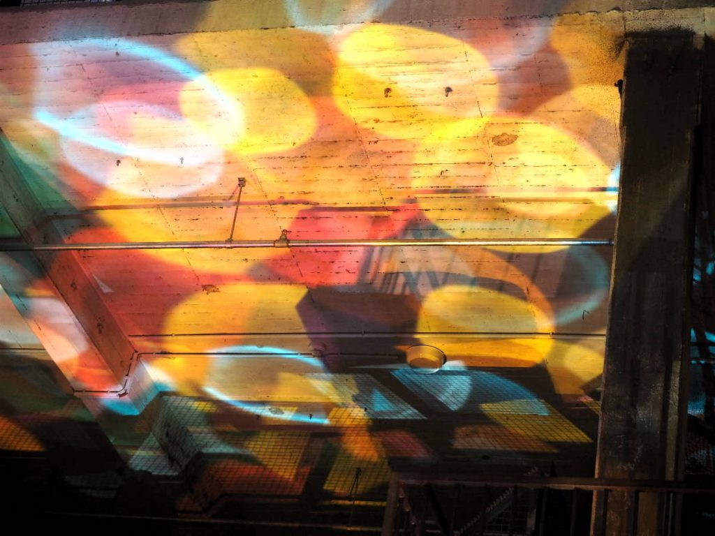Reflektionen der Acrylglasscheiben.