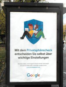 Googles Werbeplakat an Bushaltestellen.