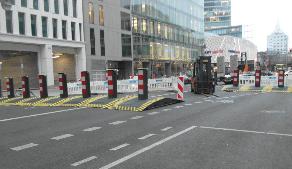"Slalomparcous durch stählerne Rampenpoller Marke ""truckBloc""."
