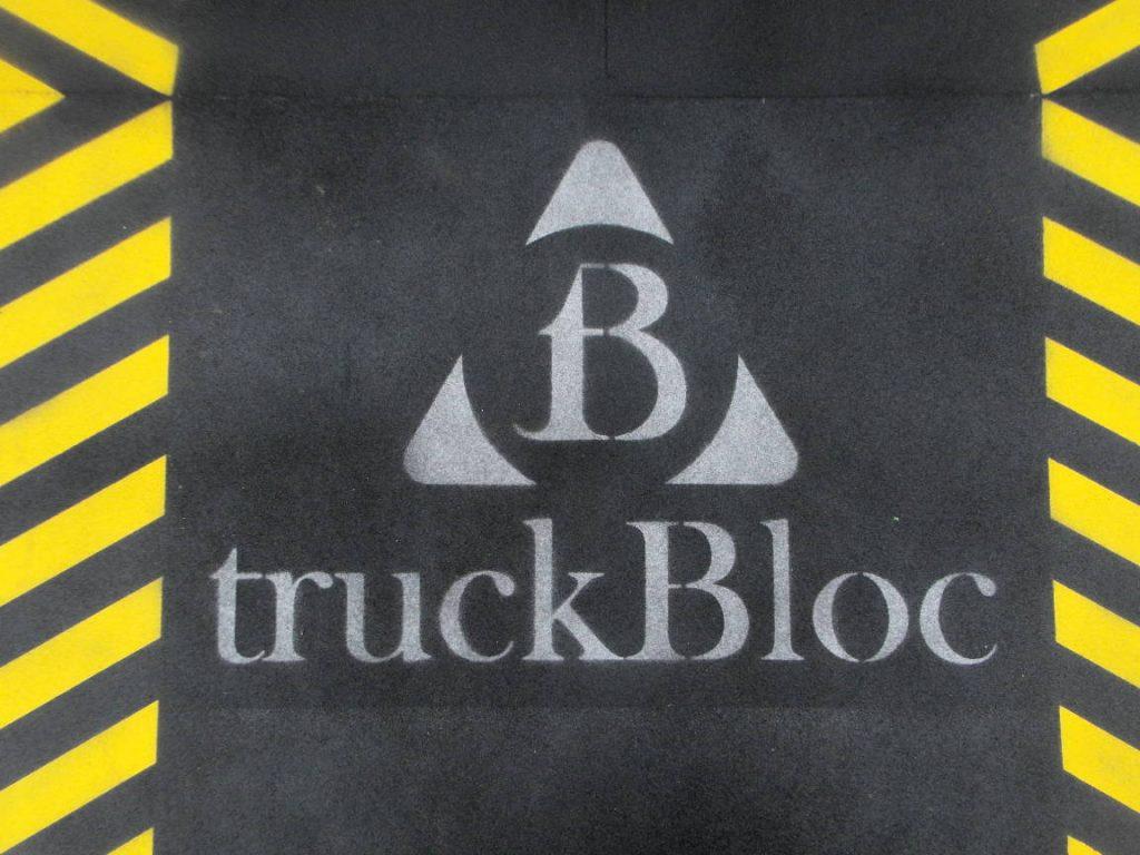 """Stählerne Rampenpoller Marke """"truckBloc""""."""