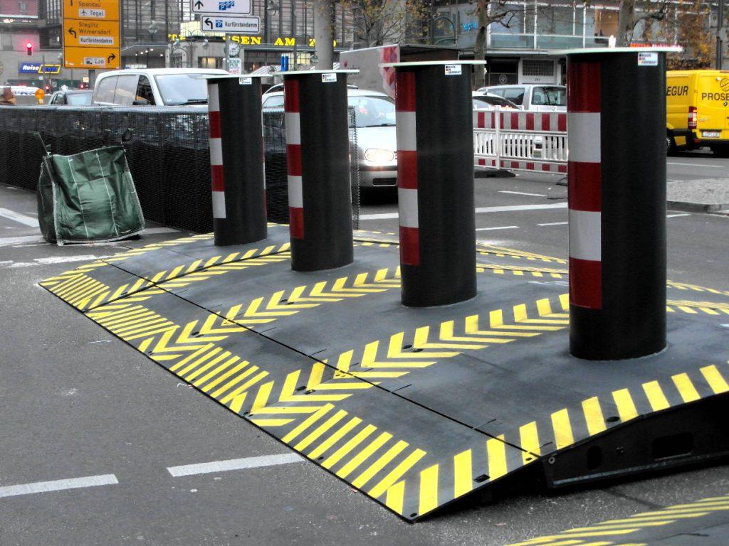 """Zugang über stählerne Rampenpoller Marke """"truckBloc""""."""