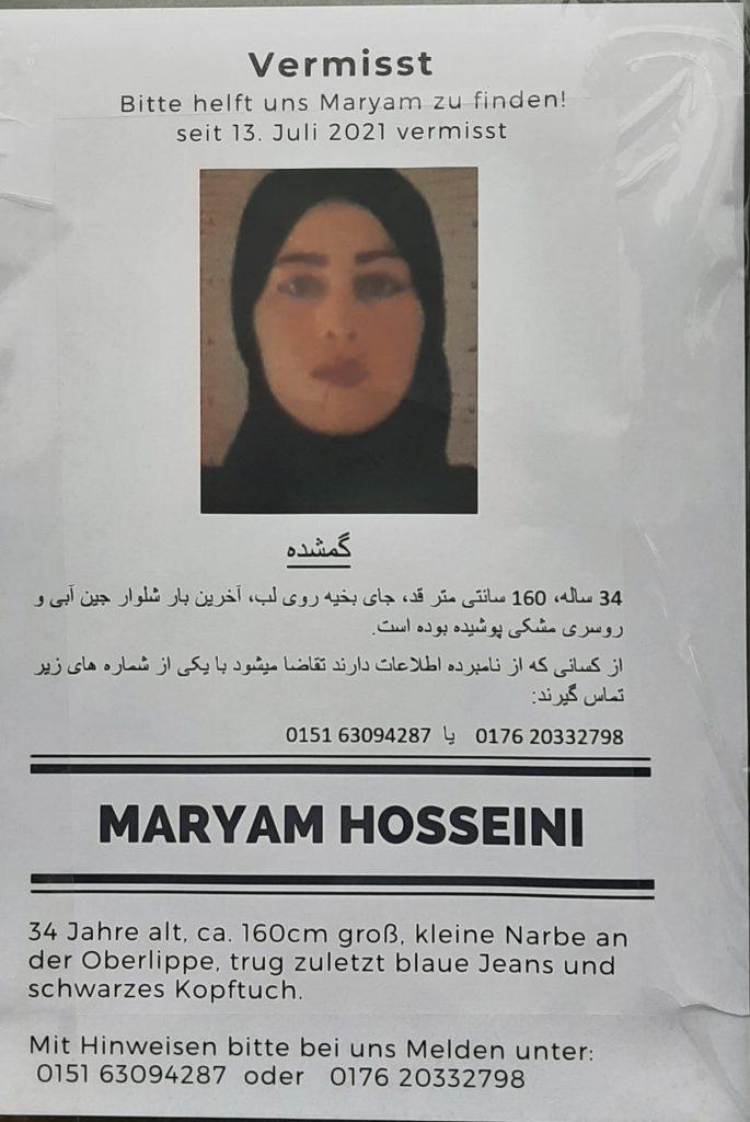 Aushangfoto mit der öffentlichen Suchmeldung nach Maryam Hosseini vom U-Bhf. Alexanderplatz in Berlin. (21.07.2021)